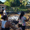 Moradores reunidos em quintal de motorista onde provável meteoro caiu