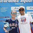 Betina e Colonese mostram troféus de campeões brasileiros dos 5km