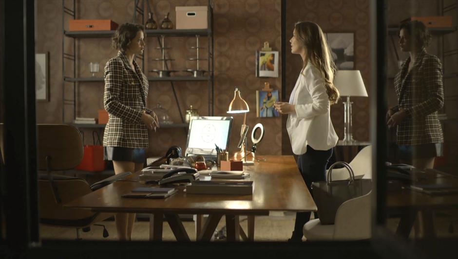 Em A Dona do Pedaço, Fabiana (Nathali Dill) exige que Jô (Agatha Moreira) lhe venda a Bolos da Paz em troca de não falar nada sobre a participação da vilã na morte de Jardel (Duio Botta)