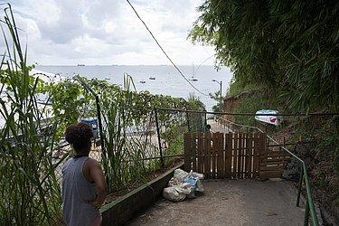Não bastou o decreto proibindo o acesso às praias. Diante da insistência dos banhistas, os moradores da Vila Brandão botaram portão de madeira e fecharam o acesso ao mar.