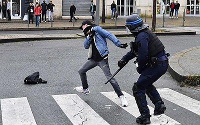 Um estudante do ensino médio enfrenta a polícia durante uma manifestação contra as reformas da educação propostas pelo governo francês em Bordeaux, no sudoeste da França.