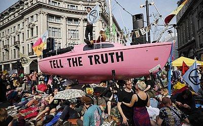 Ativistas da mudança climática ocupam Oxford Circus e travam a principal área comercial do centro de Londres, no quarto dia de protestos.
