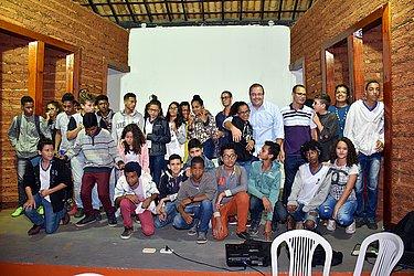 Prefeito Leonardo Dourado com os estudantes que participaram do hackaton dos ODS