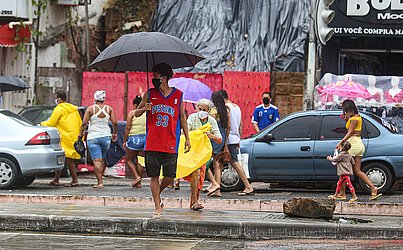 Apesar do dia chuvoso, moradores de Plataforma foram para as ruas.