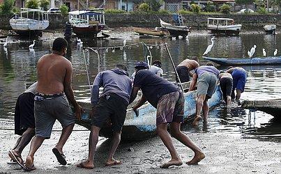 Quando todo o peixe não é vendido no Porto das Sardinhas, pescadores seguem para outros locais para tentar dar vazão à mercadoria.