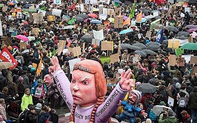 Boneca da ativista adolescente Greta Thunberg na manifestação de Duesseldorf.