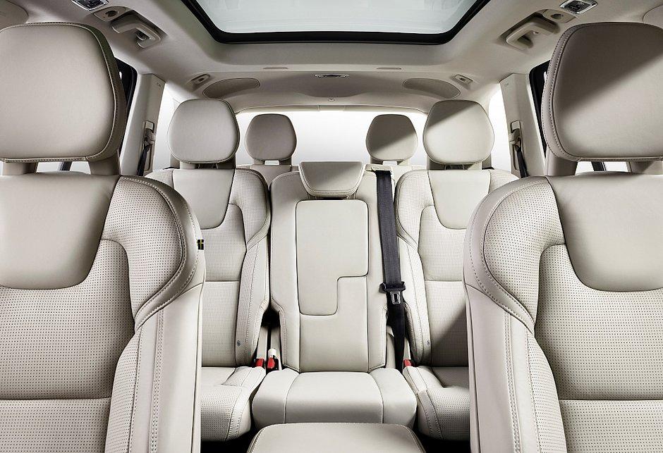O mercado brasileiro contam com diversos modelos de sete lugares, mas apenas dois custam menos de R$ 100 mil. Para viajar com o luxo do Volvo XC90 que aparece nessa imagem é preciso investir pelo menos R$ 332.950