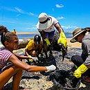 Marisqueiras evangélicas se uniram para remover o petróleo cru incrustado nas pedras