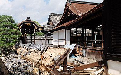 Templo Nishi Honganji danificado  pelo tufão Joebi anteontem em Kyoto.