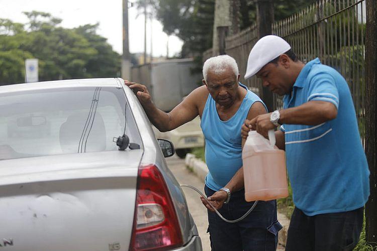 Gasolina escoltada pela polícia, longas filas em postos e escolas sem aula na segunda; siga