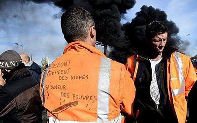 Funcionários da Ascoval bloqueiam uma rotatária e queimam resíduos na entrada da siderúrgica  em Saint-Saulve, norte da França. A fábrica de aço está em perigo de fechamento desde a liquidação judicial em fevereiro de sua maior acionista.