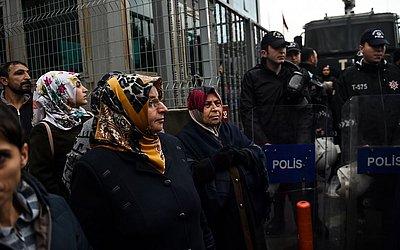 Parentes dos trabalhadores de construção que foram presos após uma greve para protestar contra suas condições de trabalho no novo aeroporto de Istambul, em setembro passado se reúnem antes do julgamento.