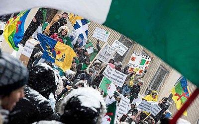 A comunidade argelina em Montreal protesta contra o governo do Presidente Abdelaziz Bouteflika, que pretende emplacar um quinto mandato como chefe de estado da Argélia após 20 anos no  poder.