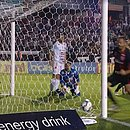 Léo Gomes (ao fundo) já comemora antes da bola entrar: volante fez o primeiro gol contra o Operário