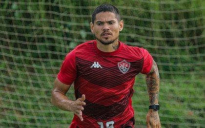 Sem renovar contrato com o Vitória, Léo Ceará treina separado do elenco