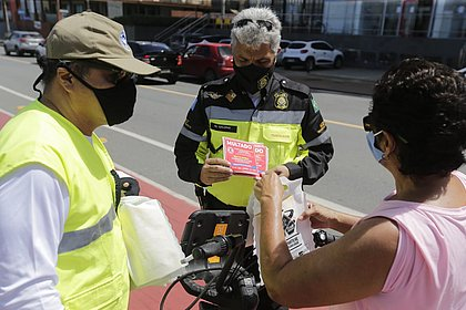 Agentes entregam selos a ciclista