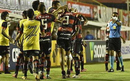 Jogadores comemoram um dos gols do Vitória sobre o Brusque