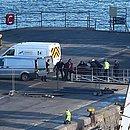 Corpo de Sala é transportado do navio para a van da polícia técnica