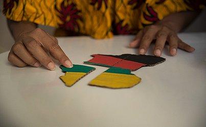 A educação étnica-racial tem como foco a valorização e reconhecimento de diferentes grupos, entre eles os afro-brasileiros e indígenas.