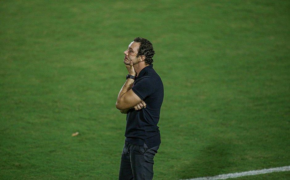 """'Precisamos ser mais assertivos, principalmente no início do jogo"""", disse oTécnico do Vitória, Bruno Pivetti lamentou derrota da equipe"""