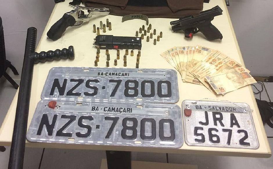 Com eles foram encontrados duas armas de fogo, dois brucutus, três coletes à prova de bala, rádios de comunicação, seis celulares, máquina de choque e placas falsas