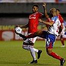 Thaciano disputa a bola com Lucas Ribeiro durante jogo contra o Internacional, em Pituaçu