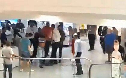 Homem armado invade shopping em Salvador e assusta clientes; VÍDEO