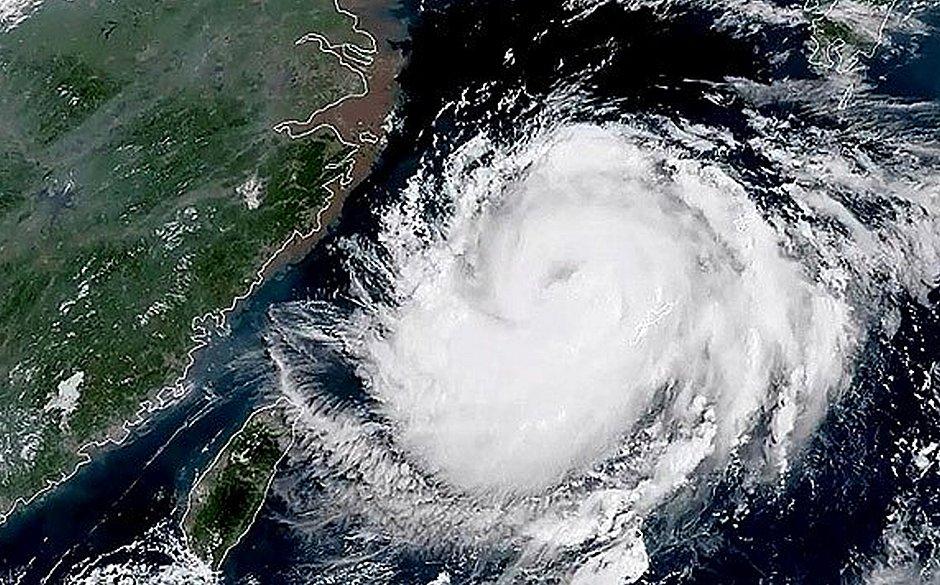 Imagem de satélite mostra o tufão Bavi cobrindo as ilhas Okinawa. As previsões indicam que Bavi pode se tornar um poderoso tufão antes de atingir a Península da Coreia