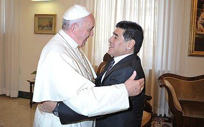 Papa Francisco lamenta morte de Maradona e relembra 'com afeto' de encontros