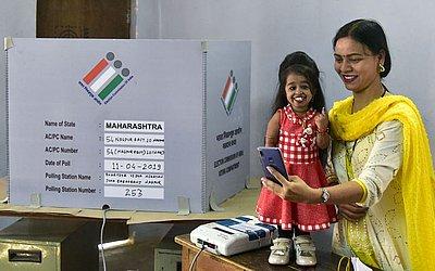 Jyoti Amge, a menor mulher da Índia vota na primeira fase das eleições em Nagpur.