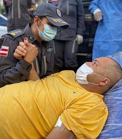 Após 3 meses internado por covid, bombeiro militar recebe alta e ganha homenagem