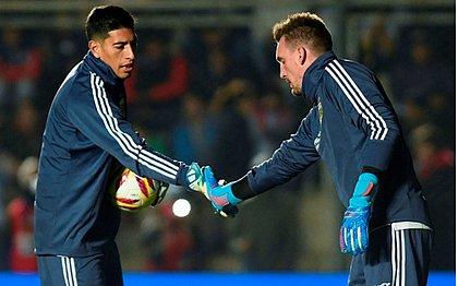 Reserva da seleção argentina, o goleiro Esteban Andrada (esquerda) cumprimenta o titular Franco Armani