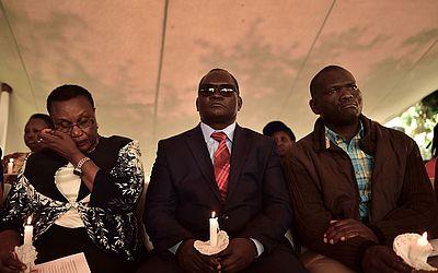 Sobreviventes do bombardeio da embaixada dos EUA, em Nairobi, em 1998 participam de cerimônia religiosa.