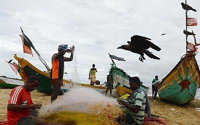 Pescadores na praia de Pattinapakkam, em Chennai, na Índia.