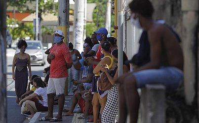 Algumas pessoas esperavam do outro lado da rua.