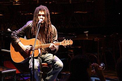 Neto de Buarque e filho de Carlinhos, Chico Brown faz show na Bahia