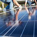 Demanda por profissionais que instalam painéis solares deverá crescer no país