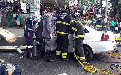 Árvore desaba em cima de carro e fere três pessoas na Avenida Jequitaia