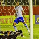 Régis Souza deixa Ramon deitado no terceiro gol do São Bento