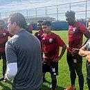 Wesley, Eron, Thiaguinho e Caicedo ouvem orientações de Osmar Loss