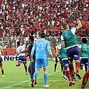 Jogadores do Bahia comemoram gol de Arthur Rezende no último minuto