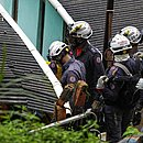 Em Águas Claras, bombeiros tentam resgatar moradora