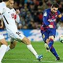 Messi (direita) marca o único gol do triunfo do Barcelona contra o Granada, no Campeonato Espanhol