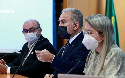 Após recomendar suspensão de vacinação, Queiroga critica rapidez na imunização