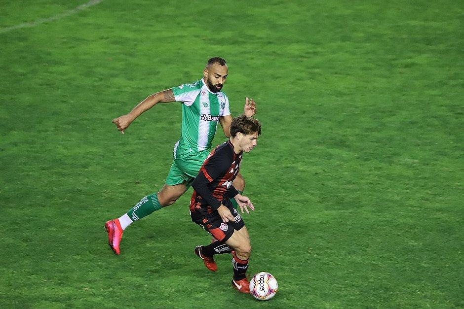 Autor do gol do Vitória contra o Juventude, Vico protege a bola