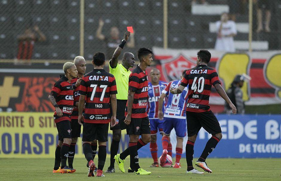 Jailson Freitas expulsa Bruno (centro) e acaba o Ba-Vi por falta de  jogadores do Vitória (Arisson Marinho   CORREIO) c088ee494ddf9