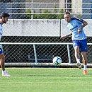 Juninho Capixaba, ex-Bahia, e Everton durante treino do Grêmio