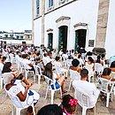 Cadeiras foram colocadas dentro e fora do templo para evitar aglomerações
