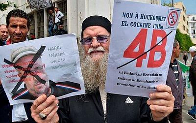 """Manifestação contra o governo argelino na capital Algiers. Após a saída do antigo Presidente, Abdelaziz Bouteflika, manifestantes exigem as demissões do poderoso """"3B""""O porta-voz Bensalah, o chefe do Conselho Constitucional, Belaiz e primeiro-ministro"""