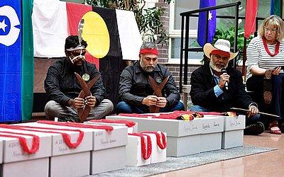 Aborígenes australianos, incluindo Neil McKenzie (D) da comunidade de Yawuru participam em Berlim  da  cerimônia de repatriamento dos restos mortais de ancestrais indígenas que estavam em museus alemães da saxônia.